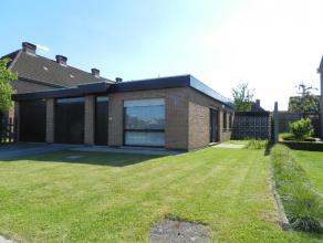 Centraal gelegen bungalow, bestaande uit : aparte inkom, gezellige living in L-vorm 30m², afzonderlijke keuken met inmaakkasten en dampkap, &eacu