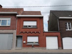 Ideale centrumwoning met garage bestaande uit:||Inkomhal - living met zithoek & eetplaats - uitgeruste keuken - badkamer met douche & toilet +
