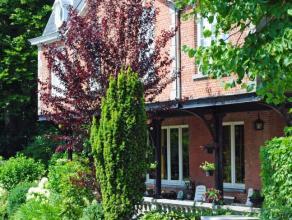 Bestaande uit een inkomhal, living, keuken, wasplaats, 4 slaapkamers, badkamer, garage, overdekte terras & tuin. Zeer karaktervol.