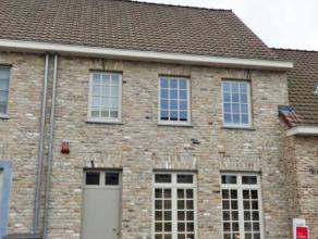 Hall, living (open haard + parket), ingerichte keuken, berging, 4 slaapkamers, 2 badkamers, doucheruimte, 3 toiletten, tuin en garage. Volledig ingeri