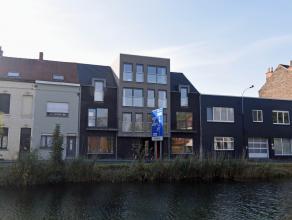Nieuwbouwwoning in centrum kijkend op Vaart. Bestaande uit een inkomhall, living, ingerichte keuken met eetruimte, 3 slaapkamers, badkamer, grote berg