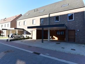 Goed gelegen recente woning nabij station bestaande uit een inkomhall, living met open ingerichte keuken, 3 slaapkamers, badkamer, wasberging, vaste t
