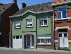 Ruime woning in het centrum van Waregem. De woning bestaat uit 3 slaapkamers, ruime woonkamer, keuken, badkamer met bad en lavabomeubel, bureau met in