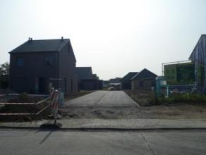 In kleine verkaveling aan de rand van Roeselare, op fietsafstand van centrum, scholen en station, kunnen wij nog twee nieuw te bouwen woningen aanbied