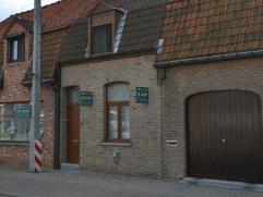 Deze gesloten bebouwing ligt dicht bij het centrum van Roeselare en Rumbeke en bestaat uit: Gelijkvloers: Inkom; ruime eet- en zithoek; vernieuwde v
