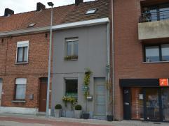 Deze gesloten bebouwing ligt op wandelafstand van het centrum van Roeselare en bestaat uit: gelijkvloers: inkom, ruime eet- en zithoek met haard, vol