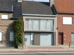 Instapklare woning met veel mogelijkheden. De woning omvat: een inkom met toegang tot de living, keuken en berging; Op het zelfde verdiep is er een ba