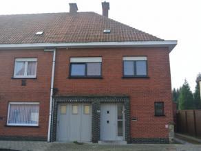 Mooi gerenoveerde en ruimewoning opkleine afstand van het centrum van Roeselare te huur.De woning is dicht nabij scholen, bakkers, s