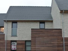 Deze nieuwbouwwoning is gelegen in een rustige straat nabij de dorpskern van Rumbeke.De woning bestaat uit :- Inkom met vestiaire en toilet- Ruime lic