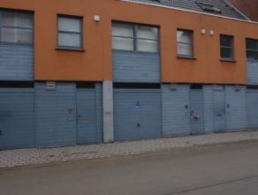 Deze moderne woning is gelegen langs een invalsweg van Roeselare, het betreft een ruime bel-etagewoning met veel lichtinval!Woning bestaande uit:op he