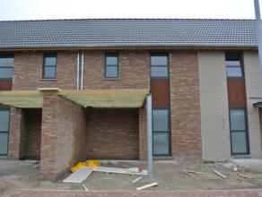 Nieuwbouwwoning (eerste bewoning) te huur gelegen in de Aakstraat te Roeselare (nabij Rumbeke). Deze woning is gelegen in een rustigewijk en hee