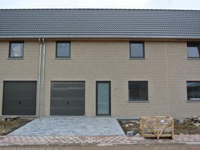 Nieuwbouwwoning (eerste bewoning) te huur gelegen in de Aakstraat te Roeselare (nabij Rumbeke). Deze ruime woning is gelegen in een rustigewijk