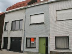 Rijwoning met terras-stadstuin in Kortrijk. Indeling: inkom, woonkamer met gashaard en ingemaakte kasten, keuken, toilet, ruimte in te richten als bad