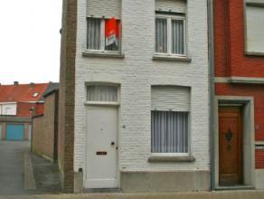 Deze woning beschikt over een voorplaats, living met nieuwe dubbele beglazing, keuken, badkamer met douche, koer met berging op het gelijkvloers, twee