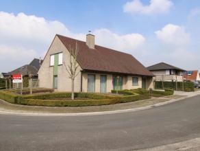 Deze mooie en lichtrijke woning, werd gebouwd in 1998 en is tot in de details afgewerkt. Gelegen in een rustige doodlopende straat, in Beveren (Roesel