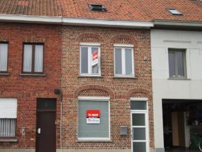 Deze charmante, instapklare rijwoning is gelegen op enkele minuten van het station van Roeselare. De woning werd volledig gerenoveerd en heeft volgend