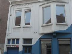 Centraal gelegen éénpersoons studio met slaaphoek, ingerichte open keuken en douchekamer (wc, douche, lavabo). Gelegen op de eerste verd