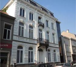 Exclusief appartement (1ste verdiep + lift) in prachtig herenhuis centrum stad Roeselare. Opp. +/- 125m². Cv op aardgas, dubbele beglazing, EPC: