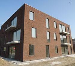 Zeer rustig gelegen nieuwbouw 2 slpk appartement, te Roeselare, goed bereikbaar, buitenparkings voorzien! Alle comfort o.a. inloopdouche.