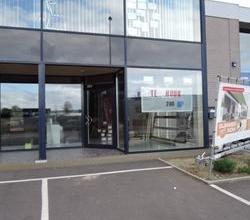 Zeer commercieel gelegen showroom + magazijn, langs Roeselaarse Ring op complex met ow Rigole, Intersol, ...