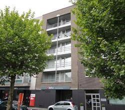 Centraal gelegen ruim twee-slaapkamer appartement op de derde verdieping (+lift) met terraszicht op Pieter De Coninckplein (in de volksmond het Sint A