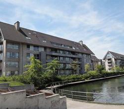 Zeer rustig gelegen duplex dak-appartement langs het water, in het groen, nabij centrum Roeselare, garage mogelijk!