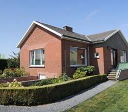 Gerenoveerde alleenstaande twee slaapkamer bungalow (met zadeldak) + tuin. Nieuw ingerichte keuken, nieuwe CV-installatie en pvc-ramen met superisoler
