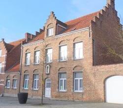 Prachtige gedeeltelijk te renoveren PASTORIE rechtover het gemeentehuis te Westrozebeke. Deze zeer ruime historische woning (dubbelhuis, inventaris bo