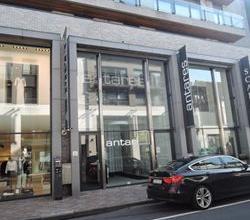 Zeer centraal gelegen winkelpand, moderne uitstraling, in commerciële straat, nabij de Ooststraat, onmiddellijk beschikbaar!