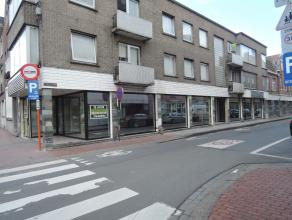 Centrum Roeselare, handelsgelijkvloers te huur met zeer ruime etalage! Hoeklocatie! Visibiliteit! Ramen worden nog vernieuwd!