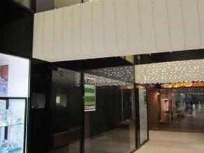 Centraal gelegen winkel, vlak bij de Ooststraat, in goed draaiende galerij!