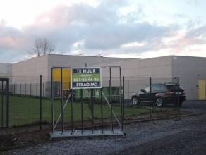 In industriezone, loods, 380 m² + 90 m² tussenverdiep, goed bereikbaar! Nabij afrit Roeselare.