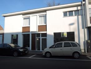 Centraal gelegen handels- of kantoorruimte te Roeselare met parkeergelegenheid, ideaal voor vrij beroep of jonge starter!