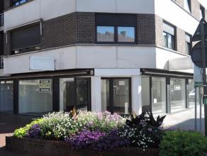 Commercieel gelegen handelspand (kantoor of winkel), centrum Roeselare, onmiddellijk beschikbaar! Garage voorzien!