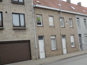 Twee slaapkamer rijwoning met kleine buitenkoer en annex garage + autostandplaats. Gunstig gelegen aan de rand van het centrum.