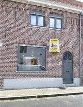 ROESELARE: Gezellige rijwoning in het centrum van Roeselare bestaande uit living, open keuken met toestellen, badkamer met douche en ruime berging. Ve