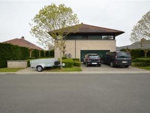 Prachtige ruime villa in residentiële wijk. GLVL: inkom - zeer ruime living met open keuken - garage - mogelijkheid tot slaapkamer of bureel - ke