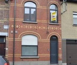 Gezellige modern afgewerkte woning nabij het centrum van Roeselare bestaande uit inkom met apart toilet, badkamer met ligbad, berging, living met voll