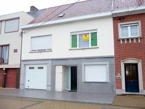Grote, verzorgde woning met stijlvolle inkom, bureel, garage, grote leefruimte en keuken,   4 slk. (videofoon, cv,...) centrum-ligging.  ruime parkeer