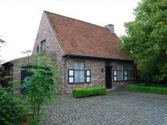 Origineel ingerichte landelijke woning op 805 m² Bestaande uit  living met eiken balken, ingerichte keuken (nieuw 2002) met mogelijkheid tot plaa