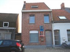 Volledig gerenoveerde woning met grote koer bestaande uit een inkom, woonplaats met open ingerichte keuken (wordt voorzien van bovenkasten!) en eetrui