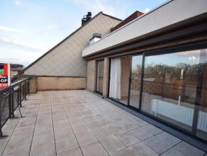 Centraal gelegen dakappartement met heel veel lichtinval en 2 prachtige terrassen.Appartement werd instapklaar geschilderd, behangen en voorzien van n