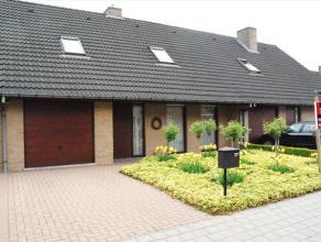 Rustig gelegen en perfect onderhouden woning tussen de grote en kleine ring rond Roeselare met vlotte bereikbaarheid.Tuin en oprit vooraan, terras en