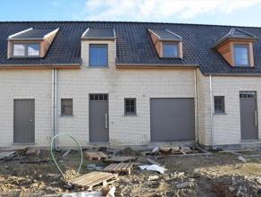 Nieuwbouw woning met ruime living met schuifraam die toegang geeft tot de terrastuin. Moderne open ingerichte keuken eveneens met deur naar terras, me
