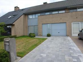 Instapklare ruime woning, rustig gelegen aan de rand van het Sterrebos, in de onmiddellijke nabijheid van de Rijksweg & E403.Bestaande uit: inkomh