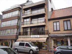 Appartement gelegen op 1ste verdieping in het centrum van Roeselare in kleinschalig residentieel gebouw.Bevat een grote woonkamer met haard in siersch