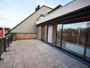 Centraal gelegen dakappartement met heel veel lichtinval en 2 prachtige terrassen, die een enorm ruimtegevoel creëren. Het terras aan de zuidkant