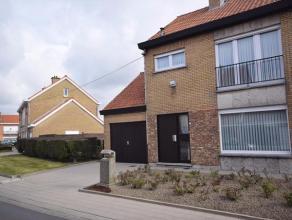 Deze halfopen woning is gelegen in een rustige woonwijk op perceel van 349m² met zijdelingse toegang.Bevat oa een inkomhal met trap, woonkamer me