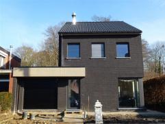 Mooie moderne en ruime halfopen bebouwing met 3/5 slaapkamers, houten carport en zonnige tuin op een groot perceel van 432 m² met centrale liggin