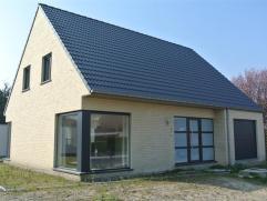 Deze nieuwbouwvilla in moderne stijl (lot 3) wordt gebouwd in het centrum van Gistel nabij de kerk aan het Komvaartplein.Dicht bij de scholen en winke